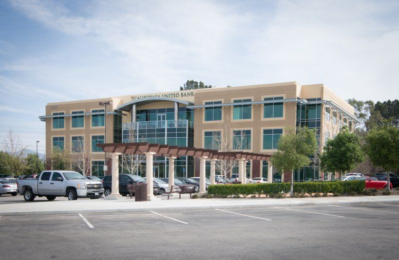 Gateway Plaza available for companies in Santa Clarita